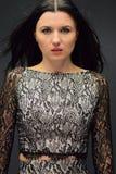 Η γυναίκα είναι ένα brunette με τα μακρυμάλλη και πράσινα μάτια Στοκ φωτογραφία με δικαίωμα ελεύθερης χρήσης
