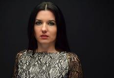 Η γυναίκα είναι ένα brunette με τα μακρυμάλλη και πράσινα μάτια Στοκ Εικόνες
