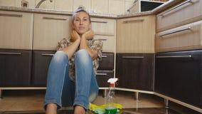 Η γυναίκα είναι κουρασμένη του καθαρισμού απόθεμα βίντεο