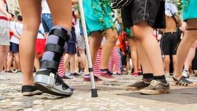 Η γυναίκα είναι με το πόδι της που ακινητοποιείται Θαρραλέος και καθορισμένος Στοκ Εικόνες