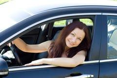 Η γυναίκα είναι στο νέο αυτοκίνητό της Στοκ φωτογραφία με δικαίωμα ελεύθερης χρήσης