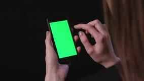 Η γυναίκα είναι τηλέφωνο εκμετάλλευσης με την πράσινη βρύση οθόνης απόθεμα βίντεο