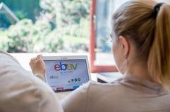Η γυναίκα εγκαθιστά τη ebay εφαρμογή στην ταμπλέτα Lenovo στοκ φωτογραφίες με δικαίωμα ελεύθερης χρήσης