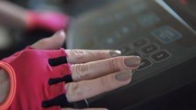 Η γυναίκα εισάγει ένα επιμορφωτικό πρόγραμμα για treadmill Θηλυκή κινηματογράφηση σε πρώτο πλάνο χεριών απόθεμα βίντεο