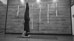 Η γυναίκα εκτελεί headstand απόθεμα βίντεο