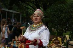 Η γυναίκα εμπόρια στα εθνικά Mordovian φορεμάτων στο souvenirsи Στοκ φωτογραφίες με δικαίωμα ελεύθερης χρήσης