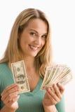 Η γυναίκα εμφανίζει μετρητά της Στοκ Εικόνες