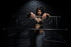 Η γυναίκα δεν έχει τίποτα που βάζει επάνω Στοκ φωτογραφία με δικαίωμα ελεύθερης χρήσης