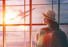 Η γυναίκα εξετάζει ένα αεροπλάνο Στοκ εικόνα με δικαίωμα ελεύθερης χρήσης