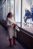 Η γυναίκα εξετάζει την προθήκη Στοκ Εικόνα