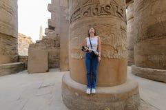 Η γυναίκα εξετάζει τις στήλες Karnak luxor της Αιγύπτου Στοκ Εικόνες