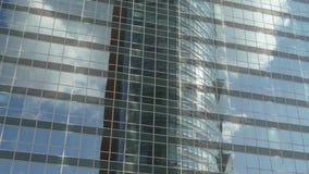 Η γυναίκα εξετάζει τον ουρανοξύστη στην οικονομική περιοχή απόθεμα βίντεο