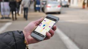 Η γυναίκα εξετάζει το γύρο μοιραμένος τα σχέδια κυκλοφορίας σε Smartphone φιλμ μικρού μήκους