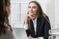 Η γυναίκα εξετάζει το συνάδελφό της με την αγάπη Στοκ εικόνα με δικαίωμα ελεύθερης χρήσης