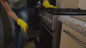 Η γυναίκα εξετάζει το φούρνο απόθεμα βίντεο