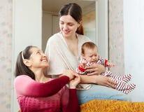 Η γυναίκα επικοινωνεί με την ενήλικη κόρη Στοκ Φωτογραφίες