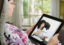 Η γυναίκα επικοινωνεί με το γιατρό ε-υγείας από την ψηφιακή ταμπλέτα Στοκ Φωτογραφία