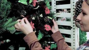 Η γυναίκα επιλέγει το στεφάνι Χριστουγέννων φιλμ μικρού μήκους