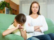 Η γυναίκα επιπλήττει το παιδί στοκ εικόνες