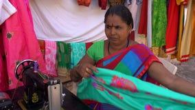 Η γυναίκα επισκευάζει τα ενδύματα φιλμ μικρού μήκους