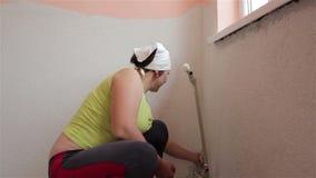 Η γυναίκα επισκευάζει το δωμάτιο φιλμ μικρού μήκους
