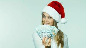 Η γυναίκα επιλέγει μεταξύ μιας πιστωτικής κάρτας και μετρητών απόθεμα βίντεο