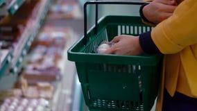 Η γυναίκα επιλέγει τα αυγά στην υπεραγορά απόθεμα βίντεο