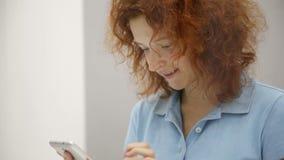 Η γυναίκα επιλέγει το smartphone σε ένα κατάστημα φιλμ μικρού μήκους