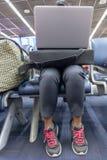 Η γυναίκα εργάζεται σε έναν υπολογιστή σε έναν αερολιμένα στοκ εικόνα με δικαίωμα ελεύθερης χρήσης