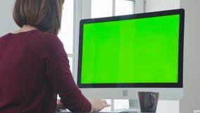 Η γυναίκα εργάζεται στο γραφείο μπροστά από έναν υπολογιστή φιλμ μικρού μήκους