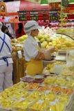 Η γυναίκα εργαζόμενος έκοψε τα φρούτα Στοκ Εικόνες