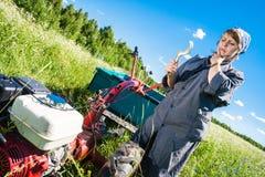 Η γυναίκα ελέγχει το πηδάλιο Στοκ εικόνες με δικαίωμα ελεύθερης χρήσης