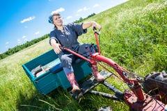 Η γυναίκα ελέγχει το πηδάλιο Στοκ Φωτογραφίες