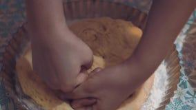 Η γυναίκα ζυμώνει τα χέρια ζύμης απόθεμα βίντεο