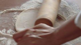 Η γυναίκα ζυμώνει τη ζύμη απόθεμα βίντεο