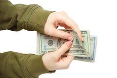 Η γυναίκα η λαβή χεριών και τα μετρώντας τραπεζογραμμάτια αμερικανικών δολαρίων που απομονώθηκαν Στοκ Φωτογραφία