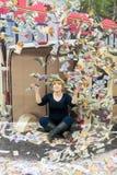Η γυναίκα θέτει με τα πετώντας χρήματα για μια παραίσθηση Στοκ εικόνα με δικαίωμα ελεύθερης χρήσης