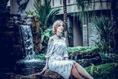 Η γυναίκα θέτει σε έναν τροπικό κήπο του νησιού του Μπαλί, Ινδονησία Καταρράκτης κήπων σε ένα υπόβαθρο Προκλητική νέα γυναίκα Στοκ φωτογραφίες με δικαίωμα ελεύθερης χρήσης