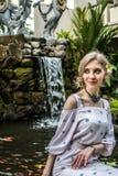 Η γυναίκα θέτει σε έναν τροπικό κήπο του νησιού του Μπαλί, Ινδονησία Καταρράκτης κήπων σε ένα υπόβαθρο Προκλητική νέα γυναίκα Στοκ εικόνες με δικαίωμα ελεύθερης χρήσης