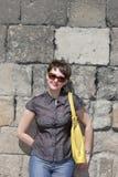 Η γυναίκα θέτει στην ανασκόπηση τοίχων στοκ φωτογραφία με δικαίωμα ελεύθερης χρήσης