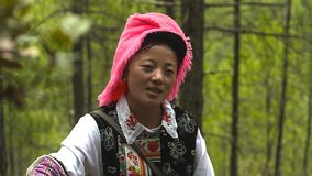 Η γυναίκα Θιβετιανών στο χωριό Jidi, κάθεται στο κέντρο του χώρου παραγωγής matsutake στο shangri-Λα yunnan Κίνα στοκ φωτογραφίες