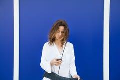 Η γυναίκα διαβάζει τα μηνύματα με τηλέφωνο κυττάρων στοκ εικόνες