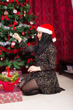 Η γυναίκα διακοσμεί το σπίτι χριστουγεννιάτικων δέντρων Στοκ Φωτογραφίες