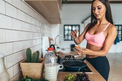 Η γυναίκα ικανότητας προετοιμάζει υγιές σπιτικό oatmeal προγευμάτων με τα λαχανικά Στοκ φωτογραφία με δικαίωμα ελεύθερης χρήσης