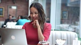 Η γυναίκα διοργανώνει την επιχειρησιακή συνεδρίαση μέσω της τηλεοπτικής κλήσης σε έναν καφέ Στοκ φωτογραφίες με δικαίωμα ελεύθερης χρήσης