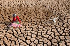 Η γυναίκα κάθεται στη σύσταση ξηρασίας με το επικεφαλής κρανίο Στοκ Εικόνα