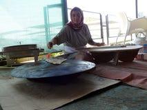 Η γυναίκα κάνει ένα παραδοσιακό γεύμα Στοκ φωτογραφία με δικαίωμα ελεύθερης χρήσης
