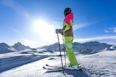 Η γυναίκα κάνει σκι σε έναν χειμερινό παράδεισο στοκ εικόνες