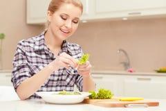 Η γυναίκα κάνει τη σαλάτα των φρέσκων λαχανικών Στοκ εικόνες με δικαίωμα ελεύθερης χρήσης