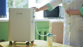 Η γυναίκα κάνει το κοκτέιλ οξυγόνου με τη συσκευή για τον αφρό οξυγόνου Κοκτέιλ οξυγόνου για τη γυναίκα Η γυναίκα κάνει το κοκτέι φιλμ μικρού μήκους